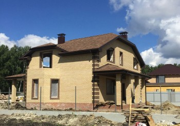 Дом из газоблока с кирпичным фасадом во Всеволжске>